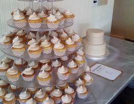 Aloft Hotel Milwaukee Wedding Cupcakes - Round Acrylic Gallery